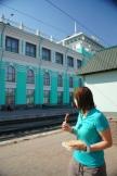 Sarah beim Essen am Bahnhof