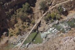 Ausblick auf die Brücke vor San Juan im Colca Canyon